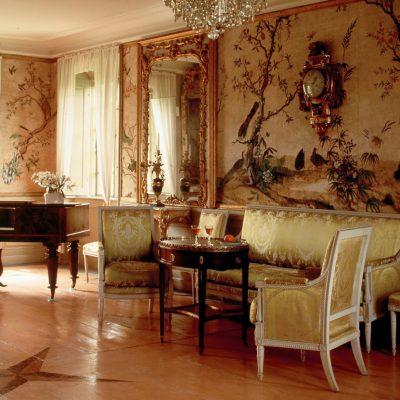Гостиная в стиле ампир с росписью на стене