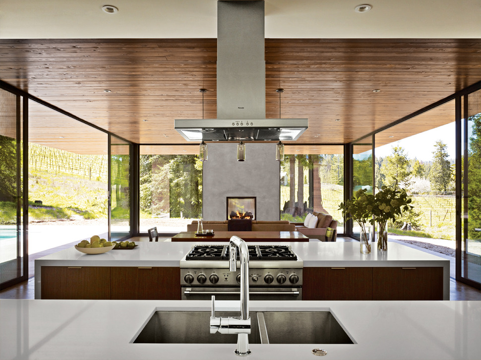 Столешница и мойка на кухне