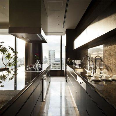 Кухня в темном освещении