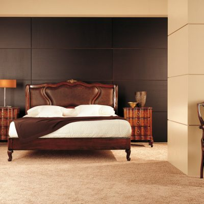 Классические двуспальные кровати из массива дерева