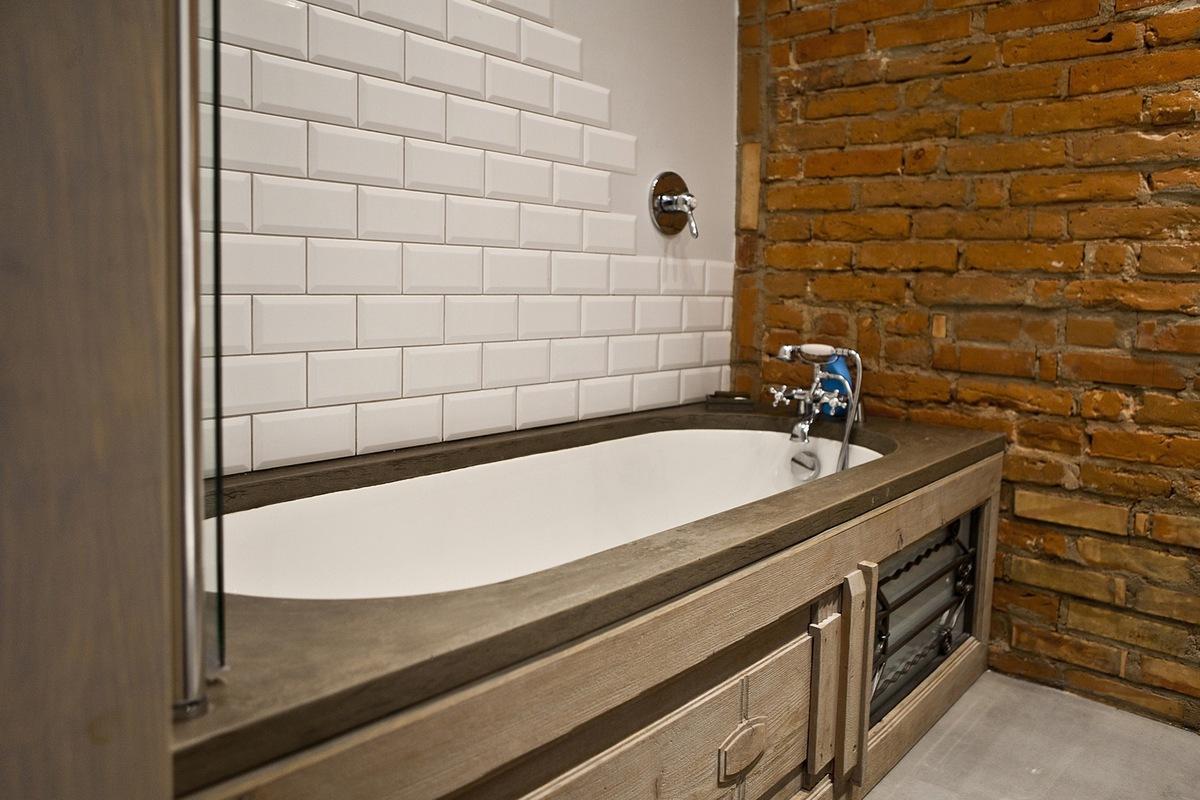 Контрастное решение стен в лофтовой ванной