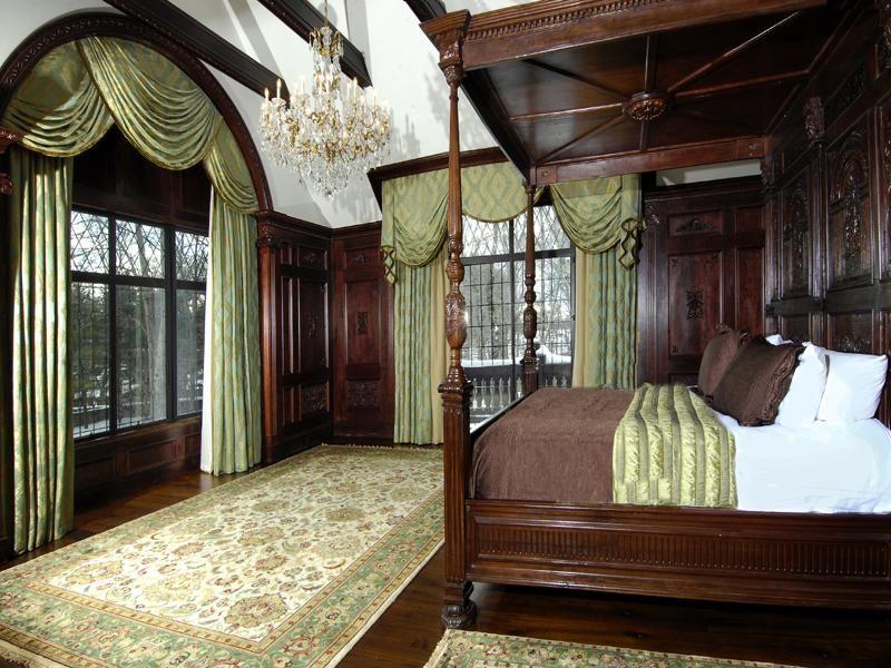 Кровать с балдахином и строгая атмосфера