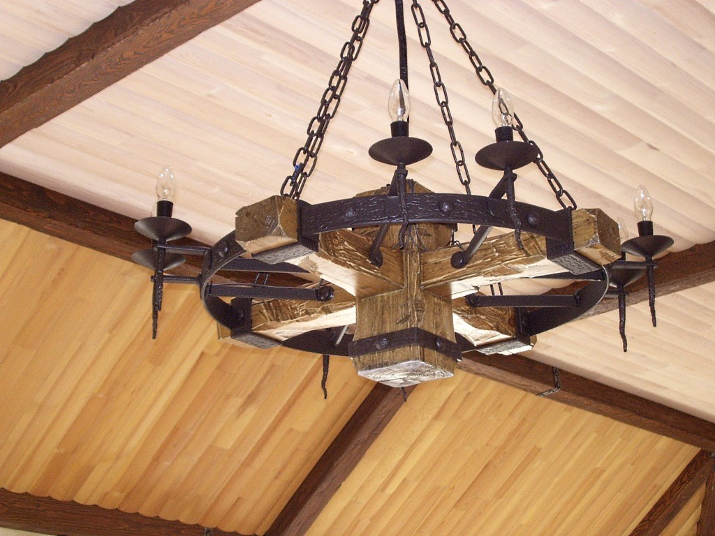 Люстра деревянная с ковкой