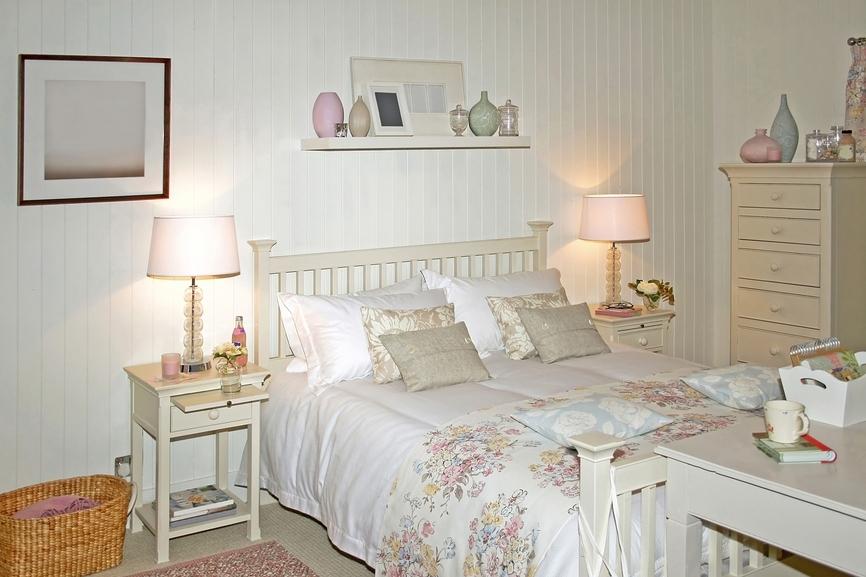 Оригинальная спальня в стиле кантри