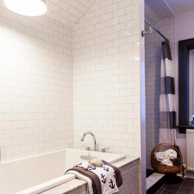 Простая и уютная ванная комната