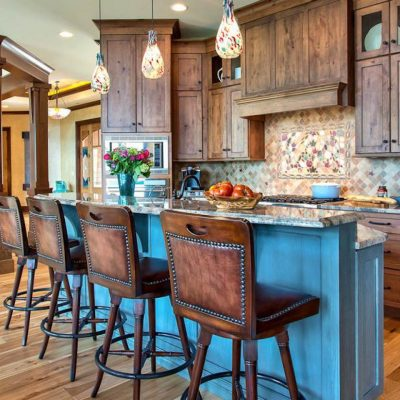 Красивые стулья дополняют интерьер кухни
