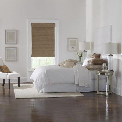 Римские бамбуковые шторы в светлой спальне