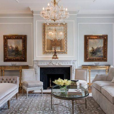 Корпусная мебель в комнате с камином