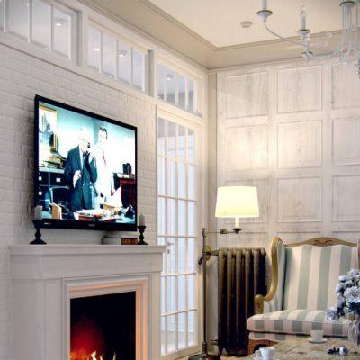 Телевизор над камином в гостиной