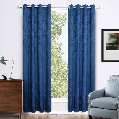 Синие шторы в комнате