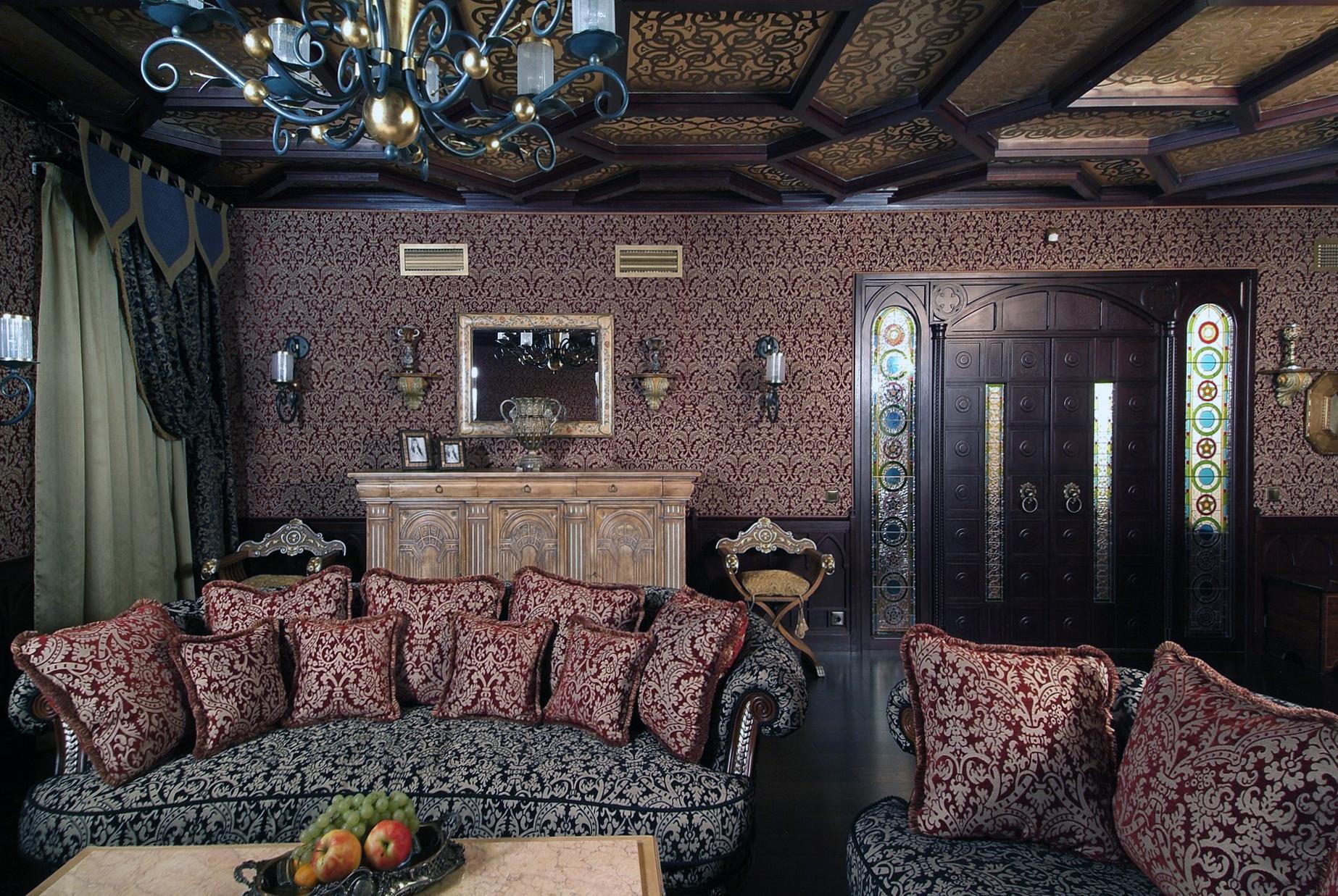 Ажурные элементы и рисунок в комнате в готическом стиле