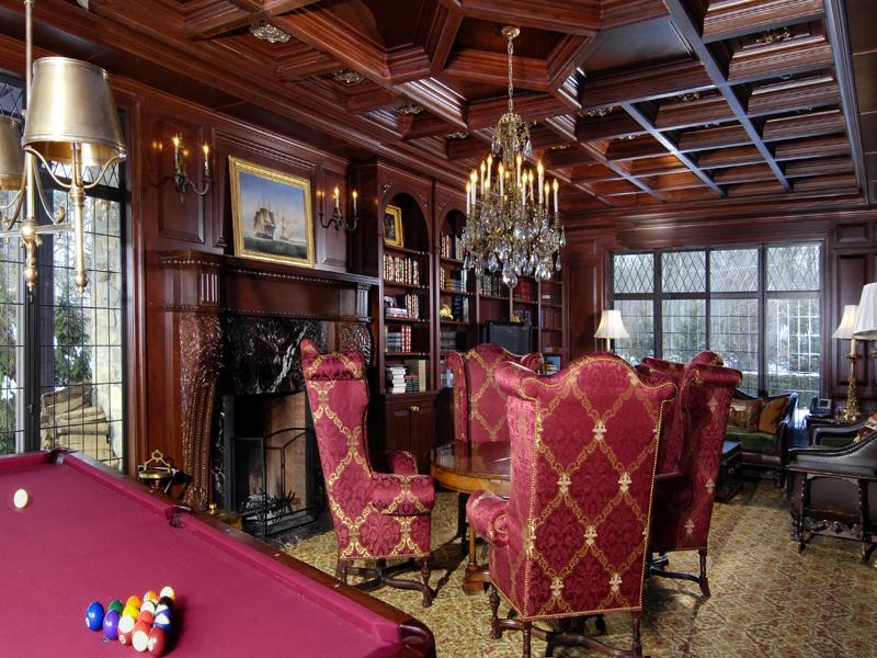 Сводчатый потолок и массивная люстра в готическом стиле