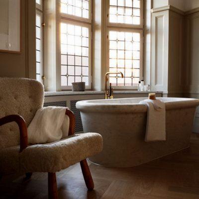 Кресло в ванной в стиле ретро