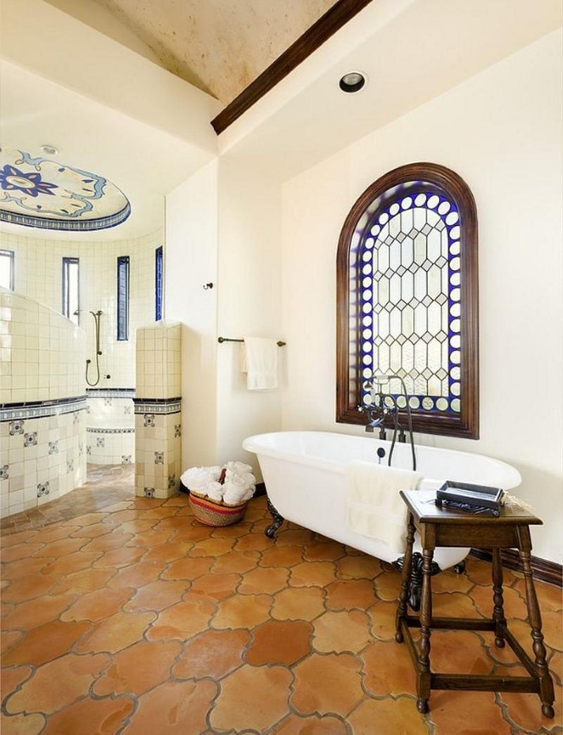 Арочные окна в ванной с витражами в викторианском стиле