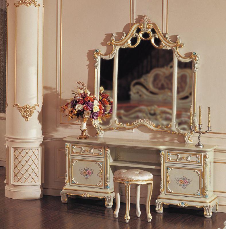 Великолепно в спальне будет смотреться деревянная мебель с позолотой и вычурной резьбой