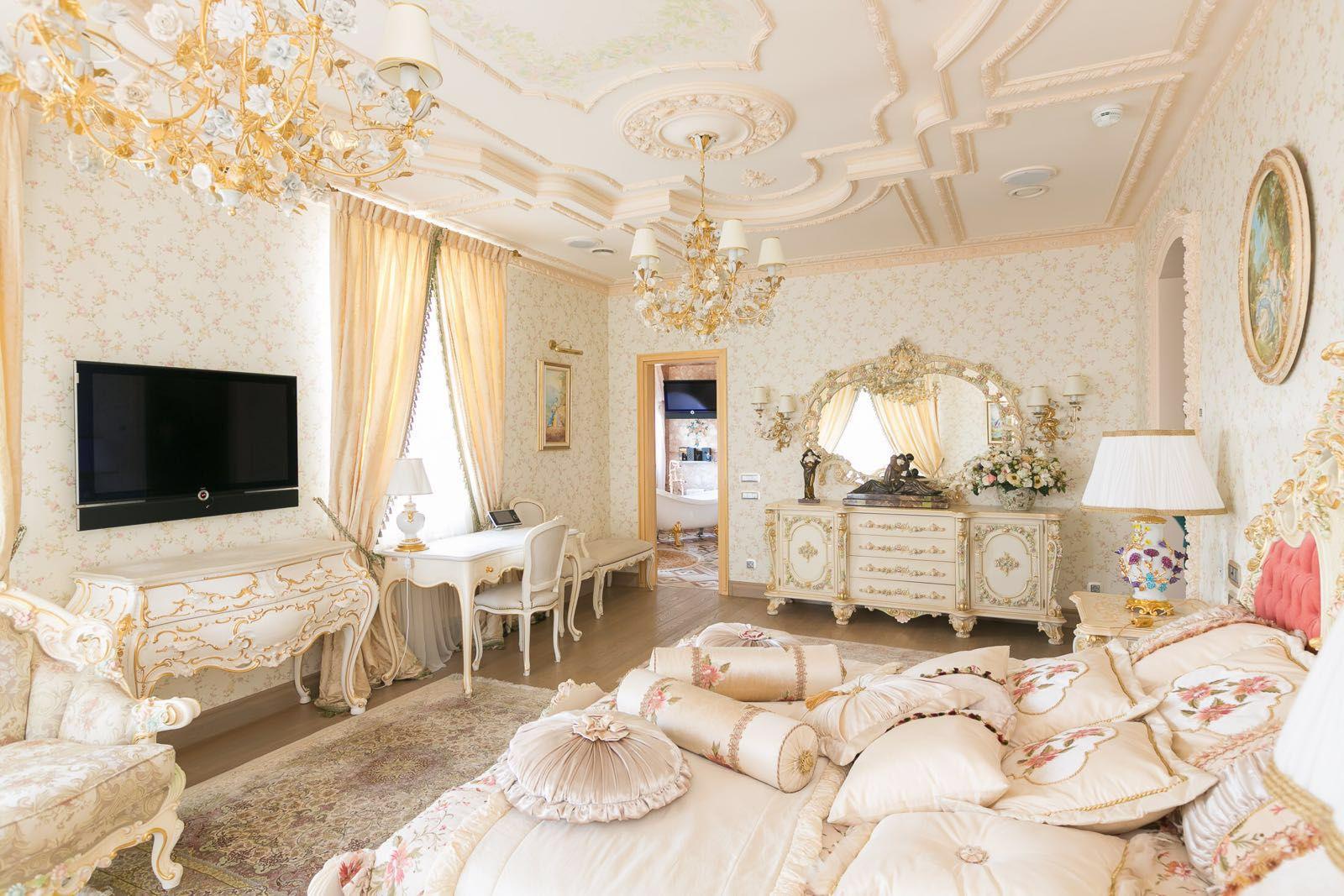 Несмотря на ощущение старины, современная плазма не будет смотреться в спальне чужеродно