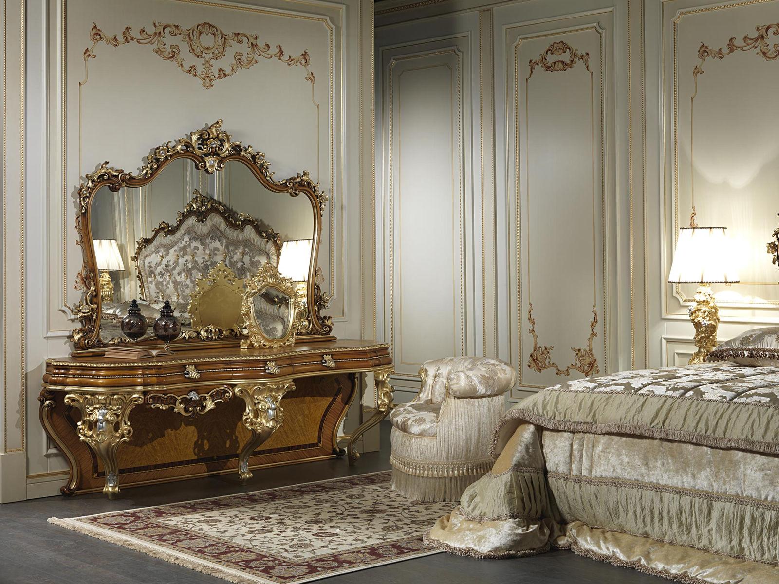 У одной из стен спальни можно поставить элегантное трюмо с изогнутыми ножками