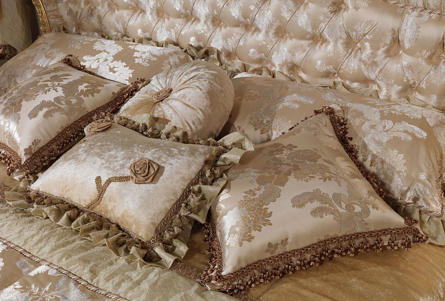 В спальне обязательно должны быть небольшие атласные подушки с рюшами и цветочными украшениями