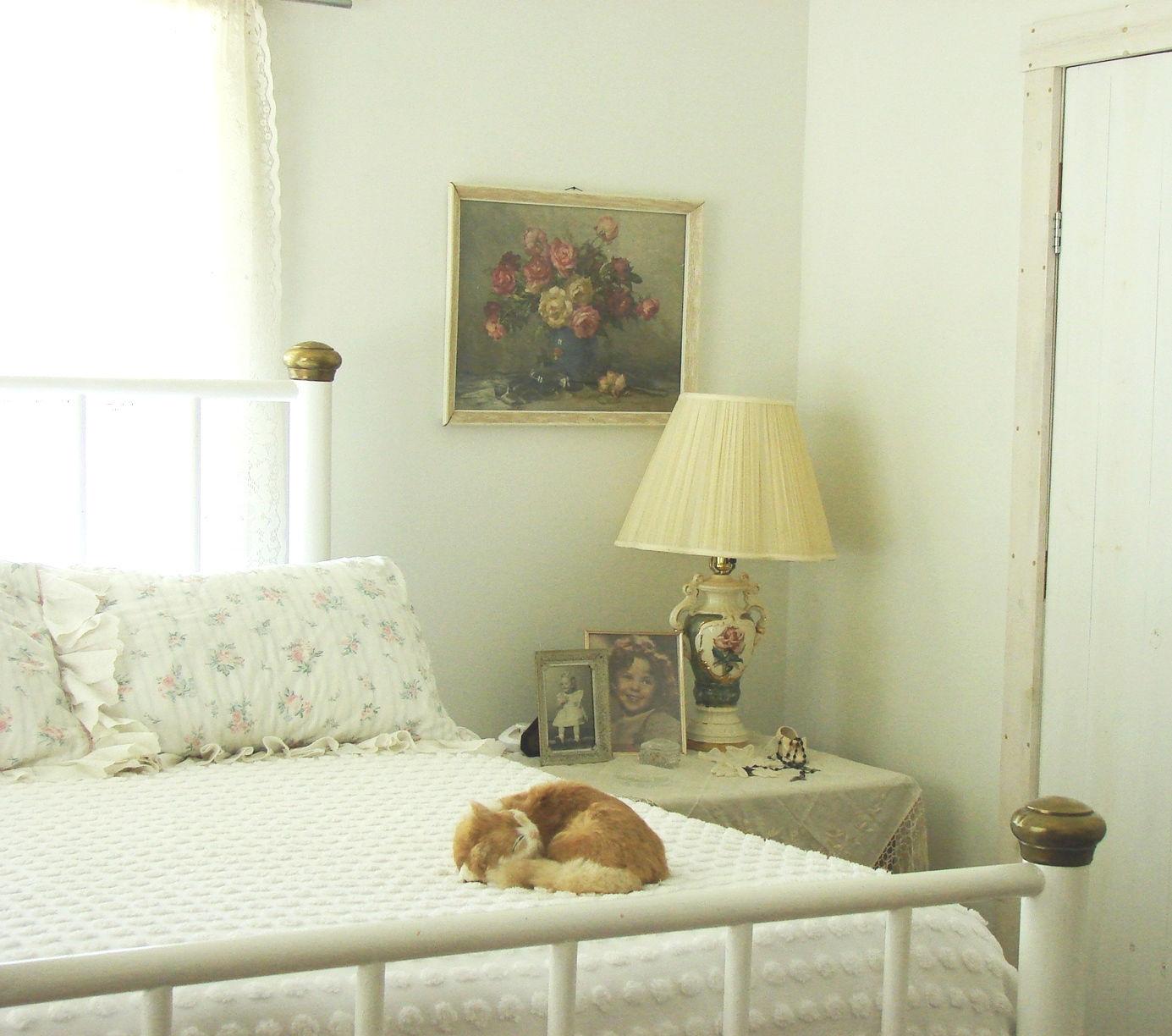 Постельное белье, а также предметы интерьера с флористическими мотивами - прекрасное решение для комнаты в стиле кантри