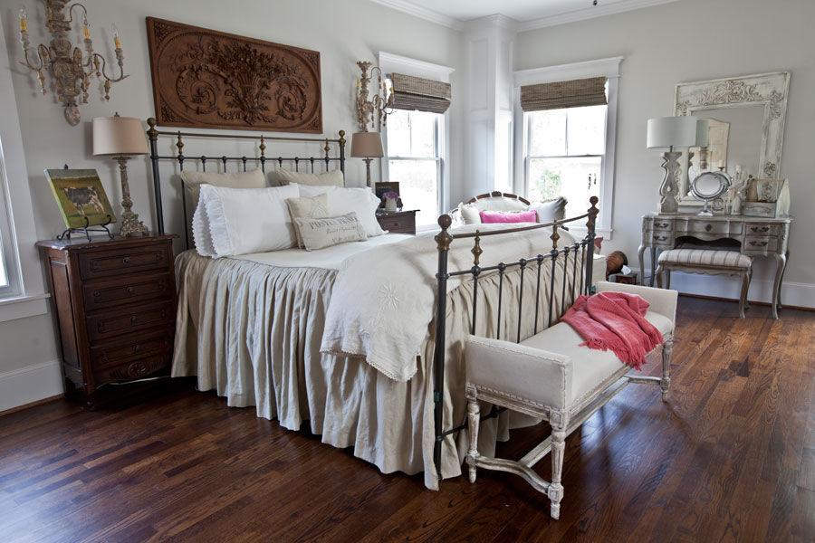 Для удобства можно даже установить банкетку в спальне