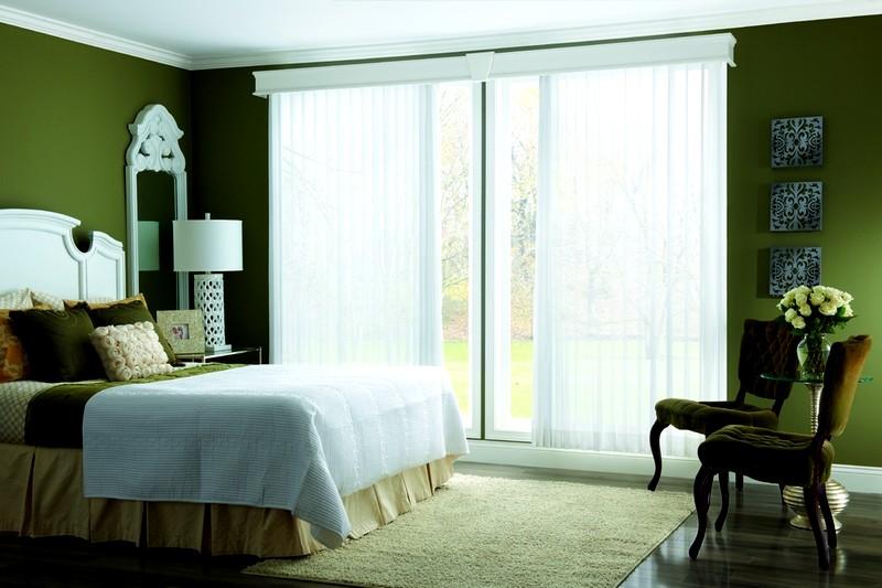 белые вертикальные жалюзи в интерьере спальни