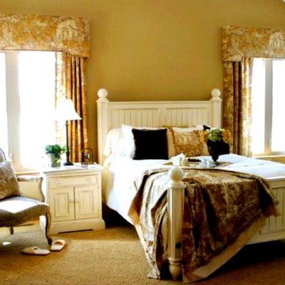 бежевые шторы в интерьере спальни