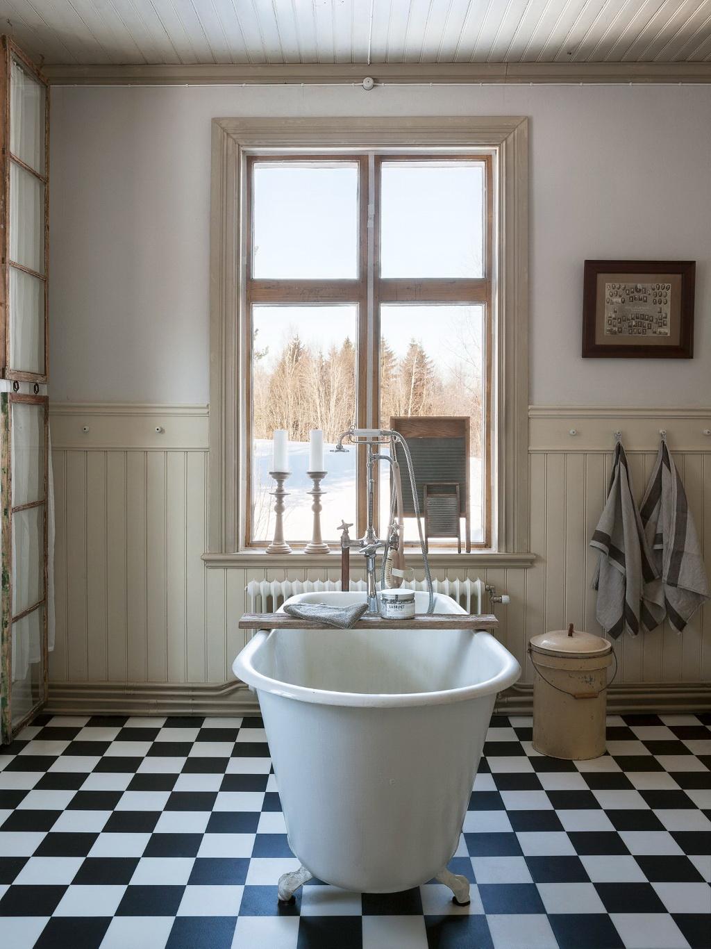 Черно-белая плитка в ванной в стиле ретро