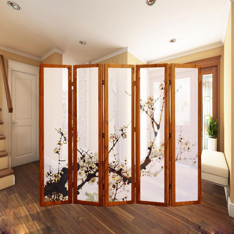 Поможет в зонировании спальни популярный атрибут восточного стиля: бумажные или деревянные ширмы