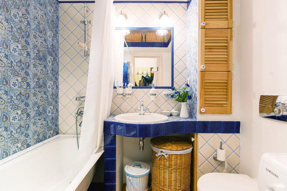 Цветочная плитка в ванной в стиле ретро