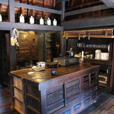 Кухня из темного дерева