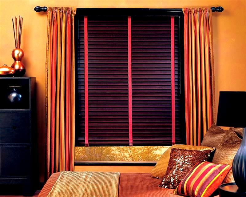 деревянные горизонтальные жалюзи с деревянной мебелью в интерьере