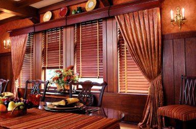 Деревянные горизонтальные жалюзи в интерьере гостиной