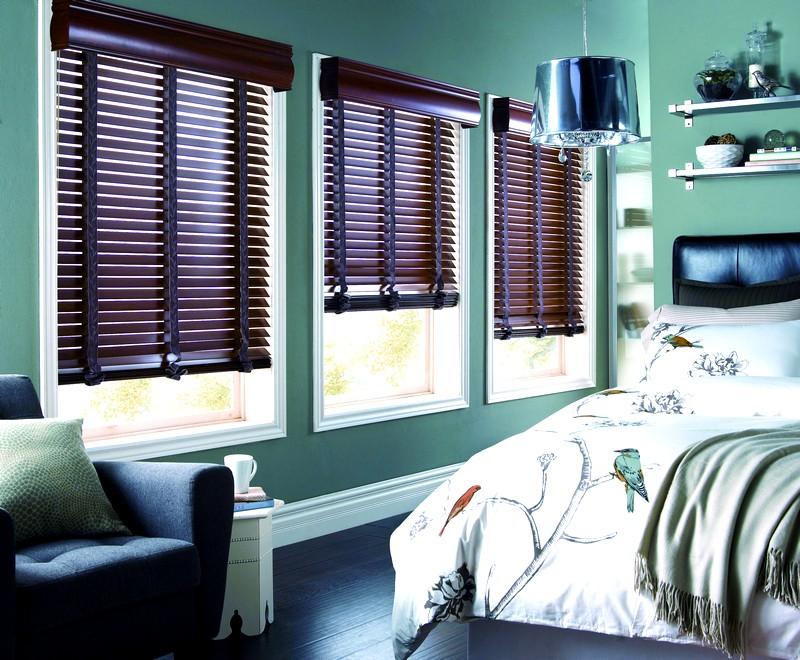 Деревянные горизонтальные жалюзи в спальне