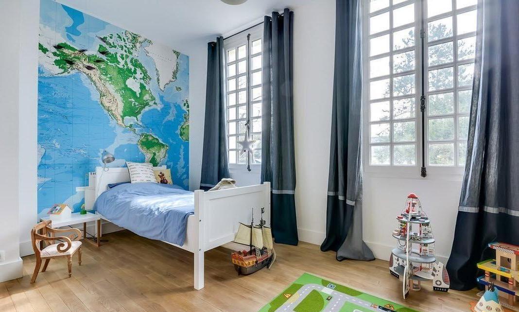 По правилам фен-шуй кровать находится по диагонали от двери
