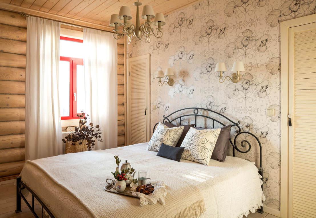 Цветочный принт на стене в спальне в деревенском стиле