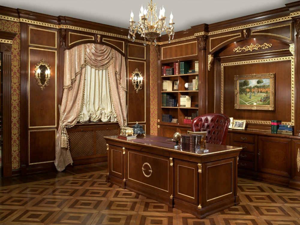 Рабочий стол в кабинете в английском стиле