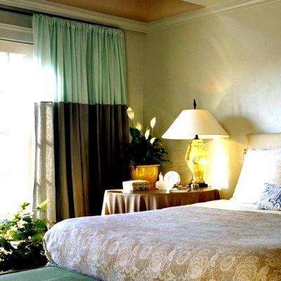 двухцветные шторы в спальне