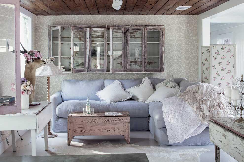 Комната с голубой мебелью