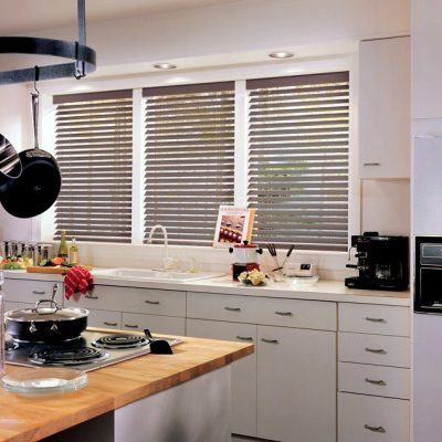 горизонтальные жалюзи в интерьере кухни