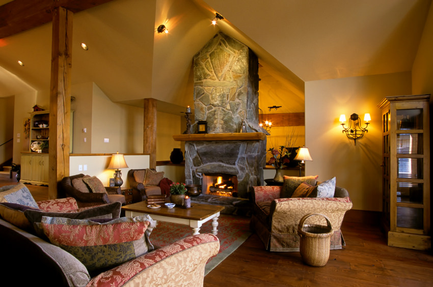В гостиной шале хорошо смотрятся плетеные изделия, кованные подсвечники и светильники, а также разнообразные антикварные предметы