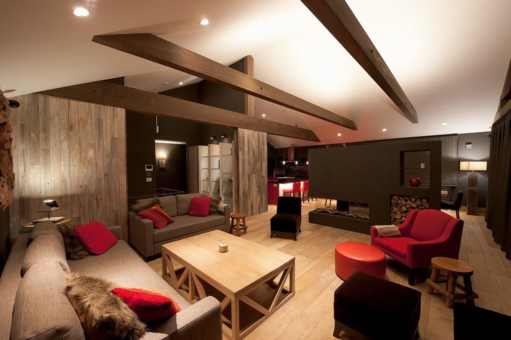 Потолок шале, украшенный деревянными балками
