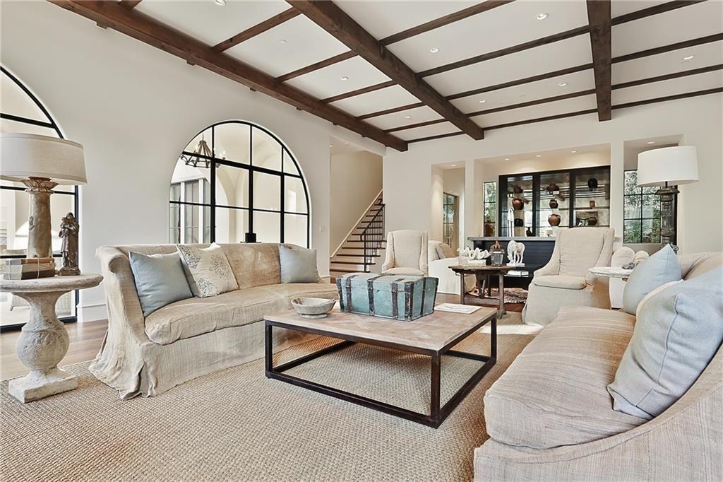 Деревянные балки - это классический прием декорирования потолка в средиземноморском интерьере
