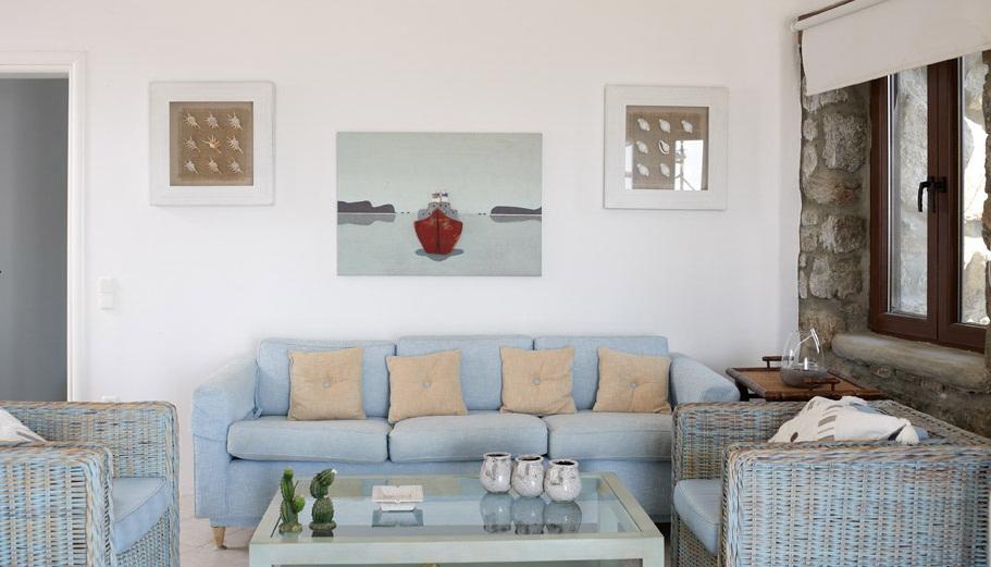 При оформлении гостиной в греческом стиле, можно дополнить интерьер плетеной мебелью из ротанга