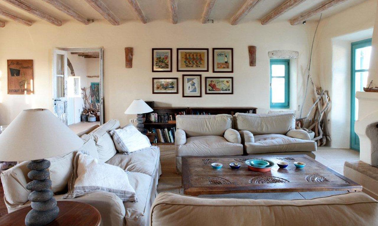 Чаще всего для оформления стен гостиной в средиземноморском стиле выбирают матовую штукатурку