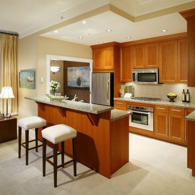 Барная стойка и шторы служат украшением кухни