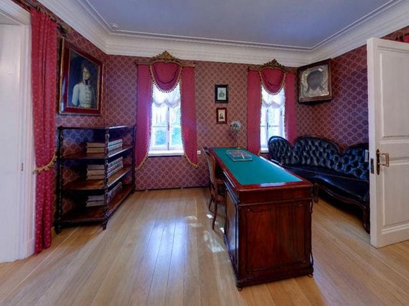 Бордовые цвета в кабинете