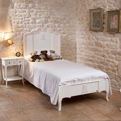 Кирпичная выкрашенная стена в детской в стиле прованс