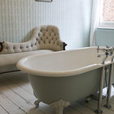 Софа в ванной в викторианском стиле