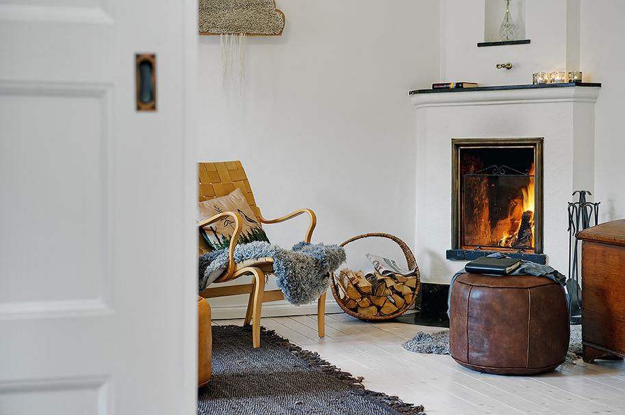 Камин в скандинавской гостиной