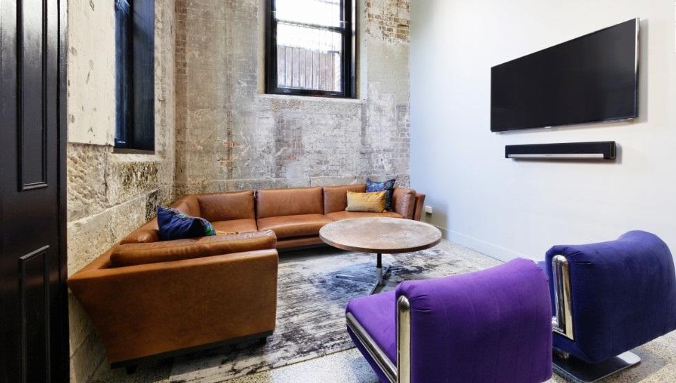 В маленькой гостиной не должно быть обилия мебели и предметов декора